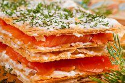 Пирог с красной соленой рыбой из слоеного теста рецепт