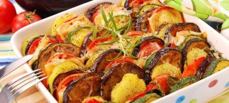 Баклажани, запечені з овочами в духовці